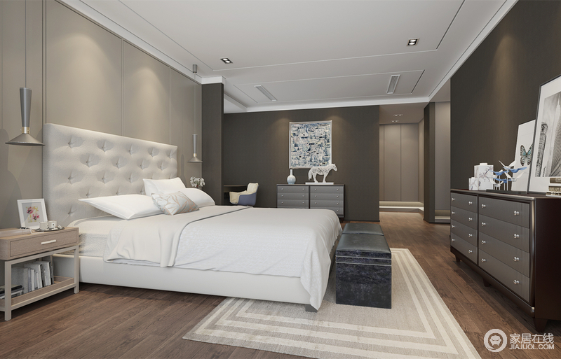 卧室与衣帽间及主卫,形成曲径通幽的深邃;灰色以不同饱和度层次,运用在墙面上,烘托着休憩环境;为避免灰色的压抑,采用白色的床品和木色床头柜,来提升空间的明亮感和朴质温馨感;灯饰、摆件的点缀,细节上彰显空间品味。