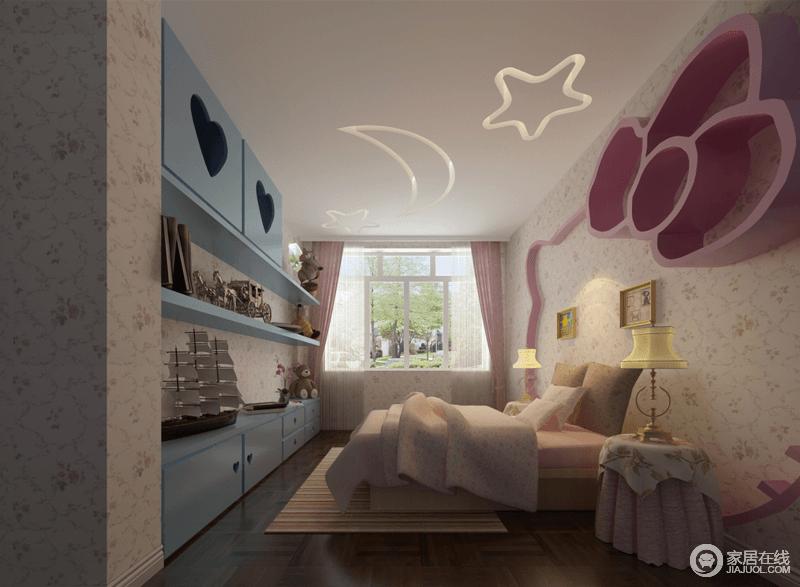女孩房被设计呈了些微的粉色调,从柔粉色花卉壁纸的清新,到粉色窗帘和床品的陪衬,营造着甜美;Katty猫头的背景墙多了童趣,与淡蓝色组合收纳柜给予空间造型和色彩感,同时不失实用哲学。