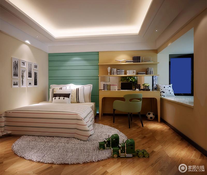儿童房并未以灰色为主,而是选用中性的浅驼和温暖淡黄,作为墙面空间基调,试图营造出舒缓温和的休憩环境;蓝色床头和白色条纹床品,用线条的诠释,增添空间的活泼趣味;一体式收纳学习台与空间和谐配搭,且实用性强。