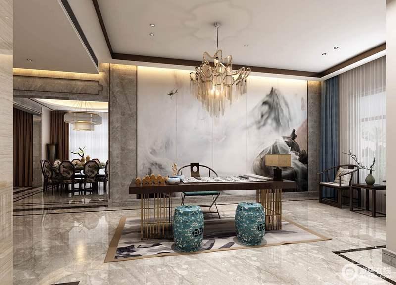 设计师将空间做成半开放式,让空间与空间形成互动,给人空间感;灰色砖石的通透与中式云墨的挂画构成东方雅致,让空间具有文化底蕴;现代黄铜底座地书桌与新中式木椅、太师椅、蓝色坐墩等构成新式中式的古韵与新意,令人赏心悦目。