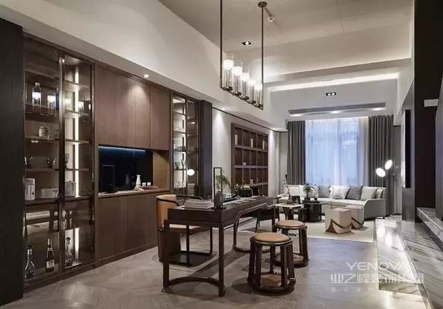 今天分享一套新中式案例。跟随人们生活水平的提高,对居住环境的要求也越来越高,在装修的时候也是很头疼,就想装修的很大气,现在装修一套具有自己个性要求的别墅现已不再是奢求。这一套不断增加的人喜爱调配中式家私,既能合作现代人的日子习气,又能为室内增添了几分的古色古香。
