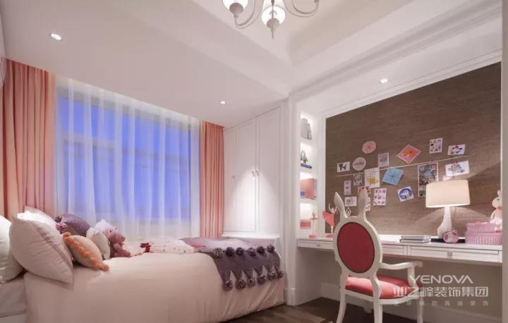 一套现代时尚的混搭,在蓝白色调的空间基础,加入金属质感的时尚元素,通过浪漫舒适的氛围,营造出一个温馨惬意的家。