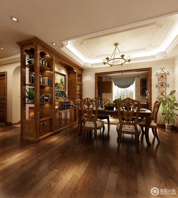 餐厅与厨房因墙体结构自然分区,不规则吊顶的空间多了复古之光,与黄铜美式吊灯飞扬和彩;黄木酒柜造型典雅而实用,与实木家具组成餐厅的最美风景,让你体会温馨团聚的好时刻。