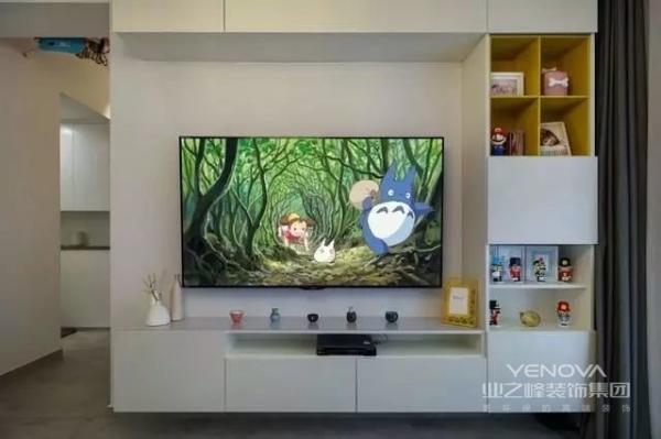 电视墙直接用柜子做造型,在不影响美观的前提下,增加一些储物空间,还是很不错的选择。摆放一些装饰品,点缀一下电视墙。
