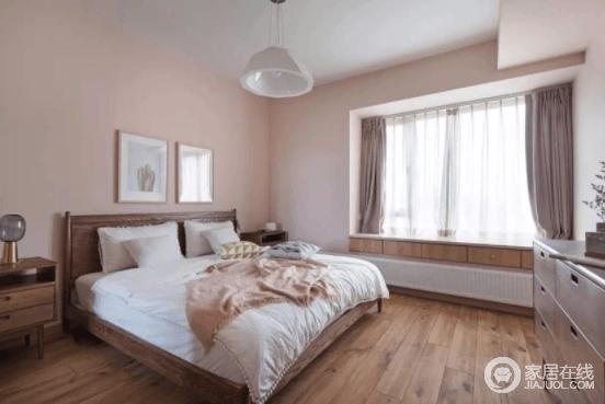主卧则是淡淡的粉色墙面,不娇气油腻,给人一种清新自然的感觉;飘窗还做了抬高,多增加了一层储物抽屉,与整个空间所用的木材一气呵成,构成生活的温实。