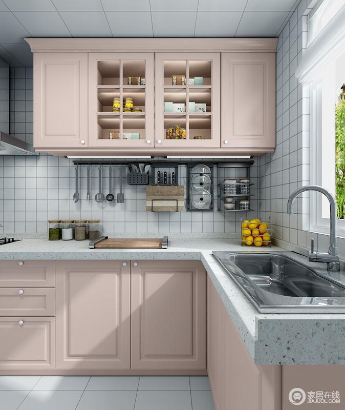 厨房吊柜的通透玻璃设计不仅方便业主查找拿取物品,也让空间不显的那么拥堵和压迫;利用墙面空间做了收纳,五金挂件进行收纳,不仅干净整洁并且易于干爽,降低了细菌的增长速度。