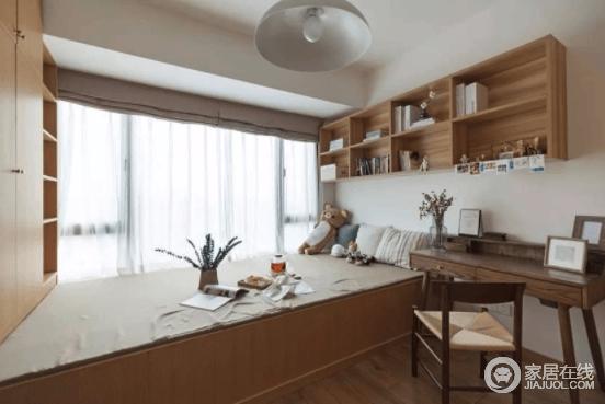 次卧榻榻米的设计,兼顾了书房和客房的功能,又满足了日常的储物需要。