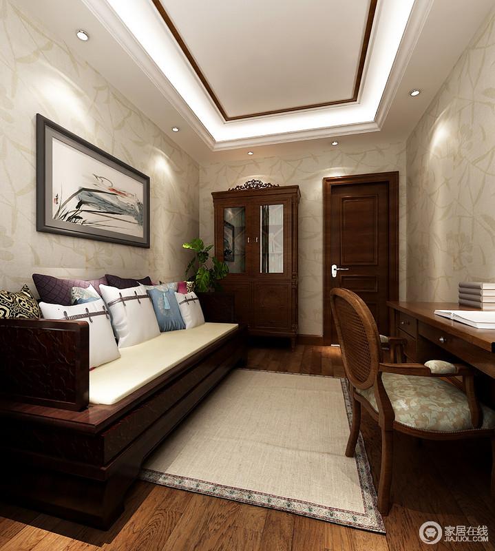 书房因浅灰色树叶纹样的壁纸显得简单而大方,矩形吊灯的暖色之光,让整个空间多了温馨和明朗;原木地板和实木家具异曲同工之秒,以木作打造沉寂的氛围,而中式水墨写意图与软饰将柔和携入室内,更为大气。