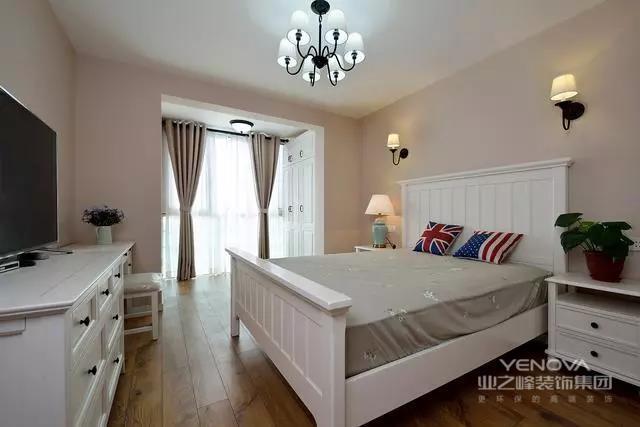 新房是面积140㎡的四居室,一整个家庭住都没问题,装修风格走简美路线,简约中不失温馨大气,整个色调以浅色为主,但适当的色彩点缀,也让空间无比温馨。尤其进门的玄关美醉了,实用性也很强,客餐厅也是兼具了实用性与美感,新房被邻居评为最美装修。