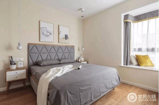 主卧墙面选择了米黄色,灰色的床品和窗帘给予空间色彩平衡,搭配实木家具,舒适而简单。