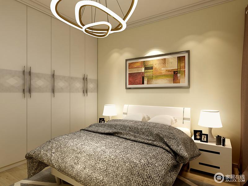 还是延续了主卧的设计,暖色的墙面,柔和的灯光营造出舒适的睡眠环境,床边通顶的衣柜增加空间的收纳性。