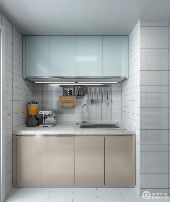 水槽下方的厨柜空间,锡箔纸可以很好的解决厨柜的潮湿问题,宽敞的空间也为净水器的摆放做好了充分的准备。全拉式的抽屉,物品一目了然,充分利用空间,物品尽收眼底。