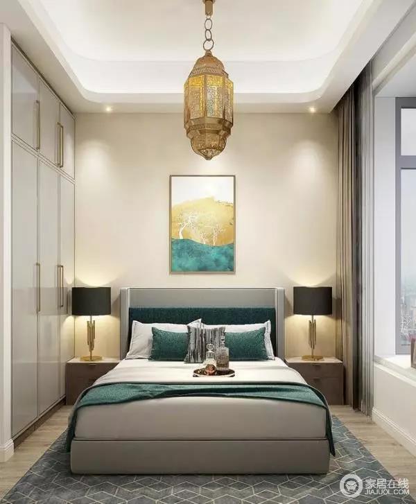 卧室的的整体色调淡雅稳重,通过软装中绿色的运用搭配白、金色调主题的衣柜,突出了传统伊斯兰的风格韵味;地毯的装饰则丰富了空间整体的视觉感受。面积有限的情况下,设计师充分利用空间,将大部分空间均优于收纳,飘窗的设计则增加了室内的使用面积。