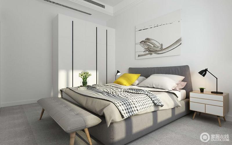 卧室布置的非常简约,墙面与地面灰白平衡相配;衣柜与画作以纯粹白色留白般的装饰配搭,愈发显得灰色的沉稳雅意;灰色双人床上,活泼点缀了黑白格纹与柠檬黄,在温暖阳光照射下,瞬间让空间沾染上浓情的文艺情调。