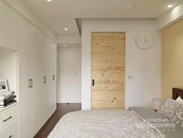 现代简约风格的设计,通常会尊重原有的房屋空间结构,不做大的改动,而因势利导,在自然的基础上去积极探索,去尽量保持原有的美。现代简约风格在设计中会使用一些具有光泽感的金属材质、玻璃材质和采用新工艺的瓷砖,来引入一种时尚感。