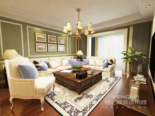 客厅以清雅的绿色漆粉刷墙面,并通过白色木条装裱出几何感,带来法式典雅;乳白色的美式沙发在紫色靠垫的装饰下,唯美了不少,与美式实木茶具的紫花相生出优雅;复古的地毯与黄铜吊灯碰撞出另类的典雅,装扮出奢华。