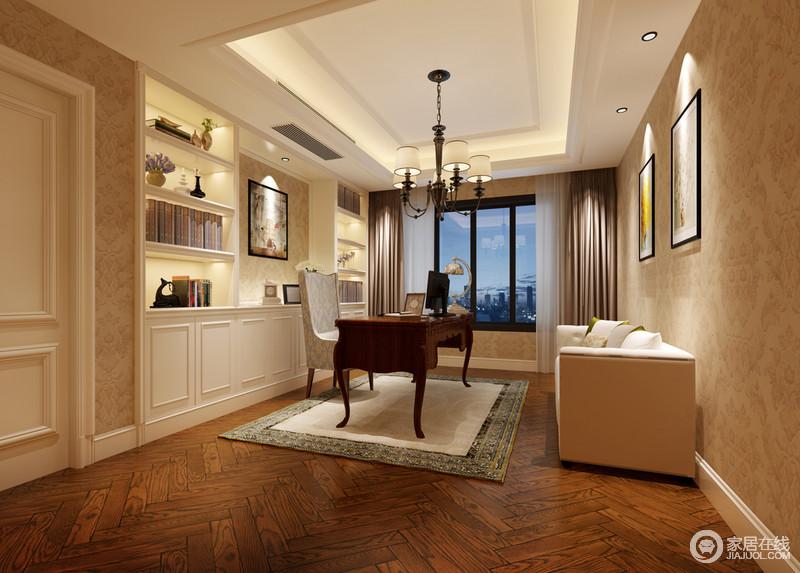 繁复动人的印花壁纸铺满整个书房,与人字形实木地面渲染出空间的舒适惬意;设计师为了节约活动空间,将白色书架环绕型入墙,且内置灯带映照,显得精致优雅;书桌椅与沙发,则在古典与现代中碰撞,诠释出内敛华贵的韵意。