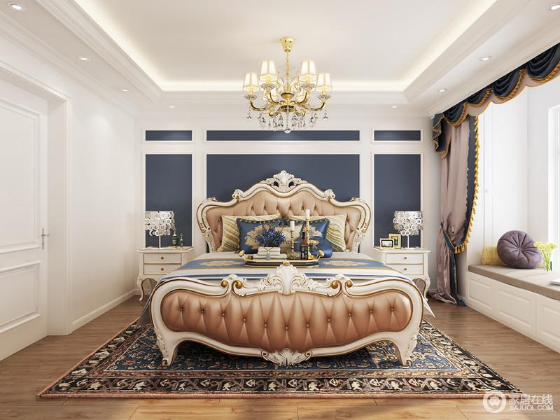 卧室满屋的优雅与华贵尽收眼底,藏蓝色与白色石膏组合而成的几何背景墙看似简洁,却因为欧式家具和皮质双人床突出了复古与奢华,让整个空间雍容了不少;飘窗的设计因为罗马帘变得更有曲线感,延续了欧式设计的美学。