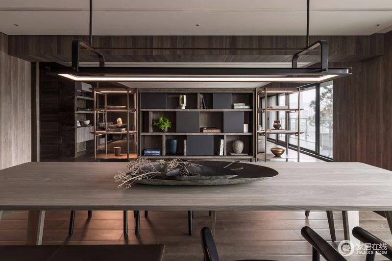 开放式的空间结构,让视野更为开阔,从几何背景墙的收纳设计,到置物架的对称,无不体现一种品质和舒适。