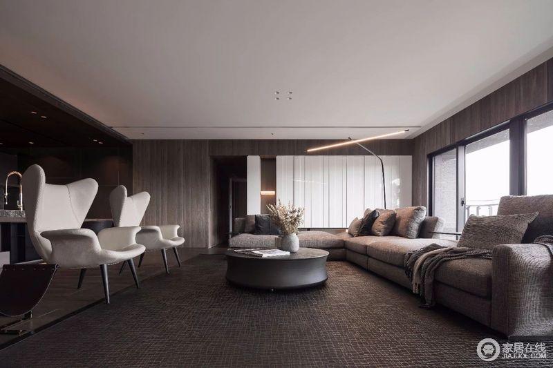 客厅虽然以深色系为主,却沉稳不失大气,咖色系的装修也不失温馨,以达到品质和舒适的心灵寄托。
