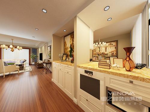设计师将玄关打造了储物功能齐全的木柜来满足生活之需,规整之余,因为艺术品的装饰,显出浓浓的生活情调;透过镂空的结构可看到餐厅,两个空间看似分割,却互动性强烈。