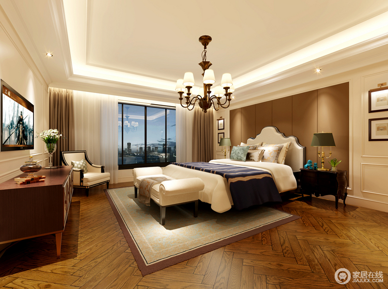 宽敞的卧室里,纯净的白色与棕木色大面积的穿插交叠,使空间轻盈灵动中不乏温厚的闲逸情致;床品上墨蓝色的床旗点缀,与水蓝色靠包及孔雀蓝摆件活泼点缀出婉雅的层次,让平和静谧的空间多了几分俏丽。
