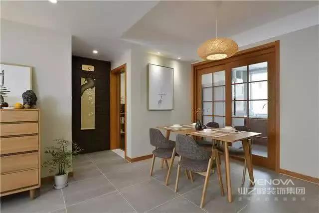 日式简约原木风装修,整体给人自然、舒适的感觉;而且在格局的设计上也是非常的时尚,尤其是外置洗手台的设计真时尚!