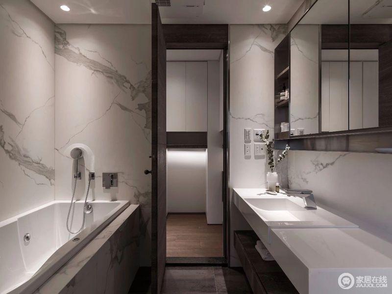 卫生间主要以白色墨意的地砖为主,营造出一种中式天然的意境;从浴缸到盥洗柜,功能分明的设计,让生活更为精致。
