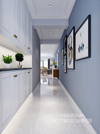 """新中式风格非常讲究空间的层次感,依据住宅使用人数和私密程度的不同,需要做出分隔的功能性空间,一般采用""""哑口""""或简约化的""""博古架""""来区分;在需要隔绝视线的地方,则使用中式的屏风或窗棂,通过这种新的分隔方式,单元式住宅就展现出中式家居的层次之美。"""