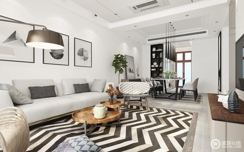 浅灰色的布艺沙发柔软舒适,座椅造型创意有趣,加上折叠型木质茶几,在条纹地毯的营造下,彰显出丰富的层次感;一盏钓鱼落地灯,带出时尚气质;从客厅望向餐厅,色彩平缓过渡,并形成两厅空间上的呼应延展。