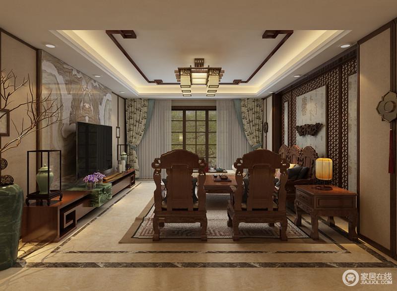 客厅内敛奢华的明清家具,镶饰镂空雕花,营造出富贵姿态;沙发墙上优美的花窗内嵌书画,诗雅的呼应着电视墙上的山水壁画,令空间的氛围静谧温实;布艺的色调与点缀的陶瓷瓶相得益彰,为空间注入一丝清新之美。