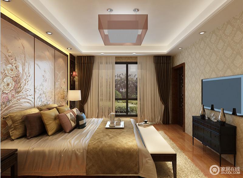 卧室床头花板墙,饰以优美丰盈的花卉图案,彰显出温婉浪漫,与落地窗外的自然绿意,趣意辉映;其他墙面以菱形暗纹壁纸诠释,复古素浅的色调与床品、地面相近,使空间散发着温馨古典情致。