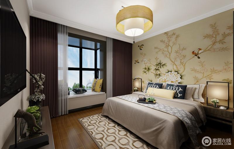 卧室一副花鸟的壁纸带来自然生机,也因为米色的缘故,让空间更为温和;咖啡色的窗帘搭配纱幔让飘窗更为轻盈大气,几何地毯与中性调的床品以动静的方式,让空间温和,新颖地中式台灯与家具对称中,表达和静与雅致。