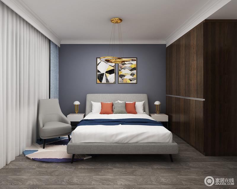 次卧空间与主卧一脉相承,延续了夜空般深邃的色调,同时在功能上与主卧有所区分,增加了个人休闲性,灰色扶手椅和彩色圆毯,让休息时光也变得更为淡然;藏蓝色的背景墙搭配抽象艺术画,无形中让空间具有一种深沉感,白色纱幔与深灰色砖石奠定了冷静和稳重,让主人更能静下来好好生活。