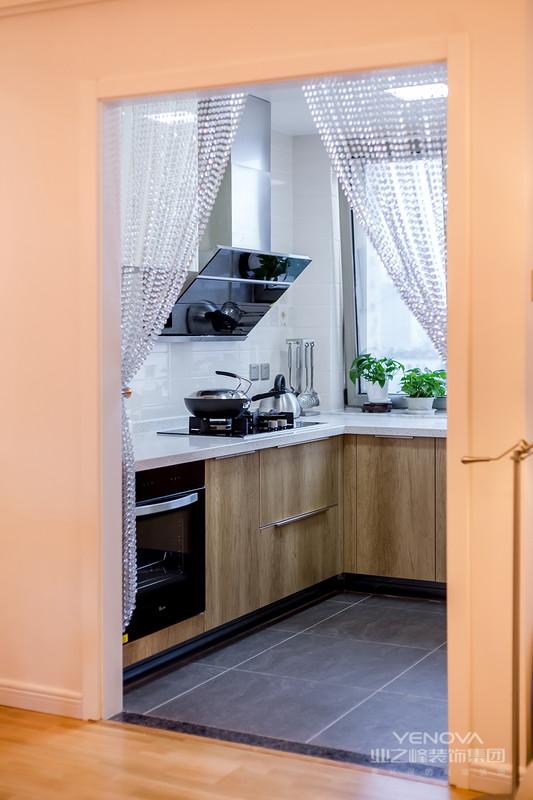 简约欧式风格糅合了传统欧式装修风格的特点简欧,在设计上追求空间变化的连续性和体型变化的层次感,因此在室内采用的地毯、窗帘、床罩等都会带有图案。