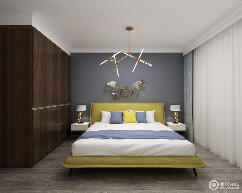 卧室简约、大方,金属吊灯与墙面的金属装饰品、特殊造型的台灯提升空间的时尚感,同时,也让白色吊顶和蓝色背景墙有了不一样的优雅和质感;蓝白布艺床品简约舒适,简单大方,深胡桃木的平板衣柜因直纹纹理饰面更显质感和工艺,黄色的床头给予空间色彩,也造就温馨。