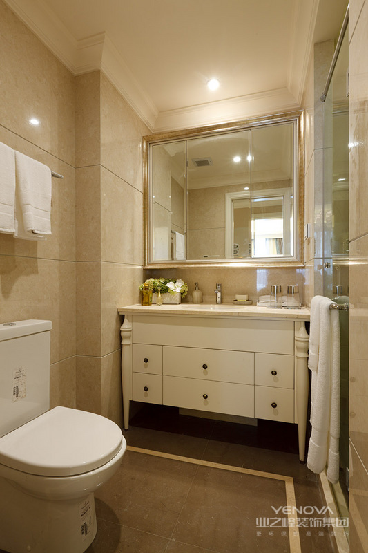美式风格设计理念表现为追求华丽、高雅的古典风格。居室色彩主调为白色,家具为古典弯腿式,家具、门、窗漆成白色,擅用各种花饰、丰富的木线变化、富丽的窗帘帷幄是西式传统室内装饰的固定模式,空间环境多表现出华美、富丽、浪漫的气氛