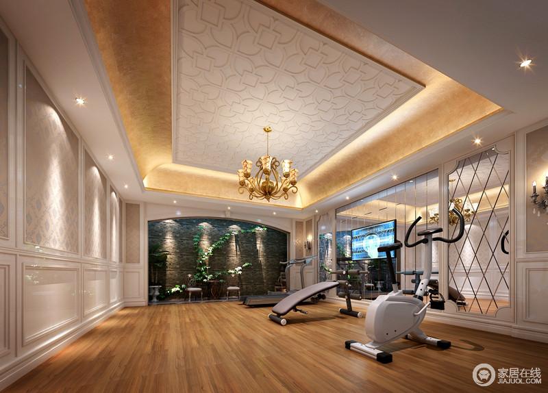 健身房的空间较为开阔,墙面与天花上装饰丰富