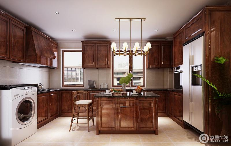 厨房敦厚的棕红木质橱柜和岛台,与灰白、土黄色的墙地面,搭配出泾渭分明的层次感;蕴起的朴质气质,在绿植的点缀下,充满了自然味道;家电设备,被合理的归置到橱柜中,显得秩序规整。