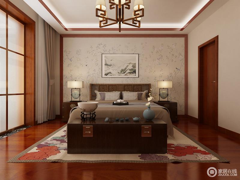 新中式卧室以米色花卉壁纸来营造轻漫自然风情,而彩色云朵的地毯让原本驼色调的空间有了色彩能量,赋予空间生机;中式金属吊灯和台灯组合延续了东方元素,让空间看似现代,却满含中式雅致和底蕴。