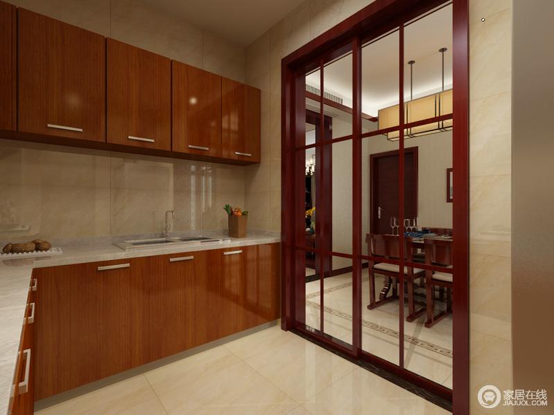 厨房结构方正,线条也十分利落,棕黄色烤漆橱柜反射着光线,让空间更显温馨;格栅玻璃门让整个空间具有了现代感,也让空间更为敞亮。