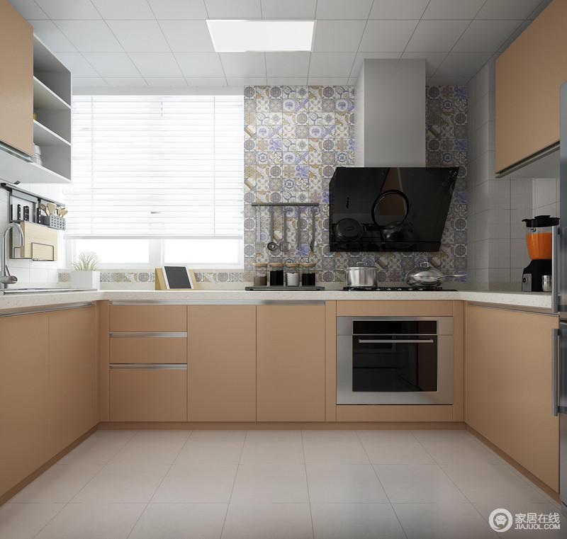 厨房口字型的格局造就了充裕地空间,不影响使用,橙米色的橱柜色调柔和,搭配灰紫色拼花砖带来一种异域风情;吊柜充分地实现了收纳,与百叶窗的轻盈构成空间的简单。