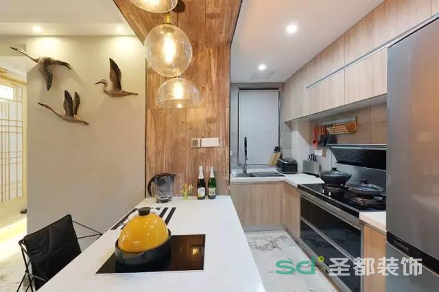 开放式厨房和客厅连接起来,使得两个空间的装修风格相融合,进而整个家的装修风格可以统一、协调。因为少了隔断,客厅内的亮度变大了,更通透,阳光更充足。