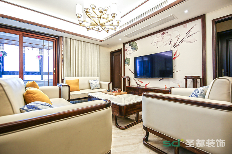 客厅的配色以白调深色实木线条框为主,辅之以木质的深色,这两种分明的颜色更具层次;客厅的背景墙体现了浓厚的新中式风格色彩元素,给人一种清丽端雅的别致之感。