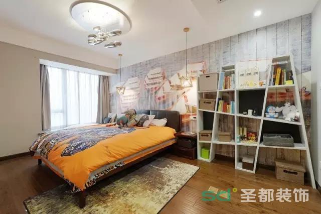 卧室的设计显得具有现代艺术气息,尤其是床背景的设计,非常艺术文艺。后面原先是木板,设计师亲手在木板上面作画,手绘出与整体格调一致的图案。几何形的书架收纳强大,非常实用。
