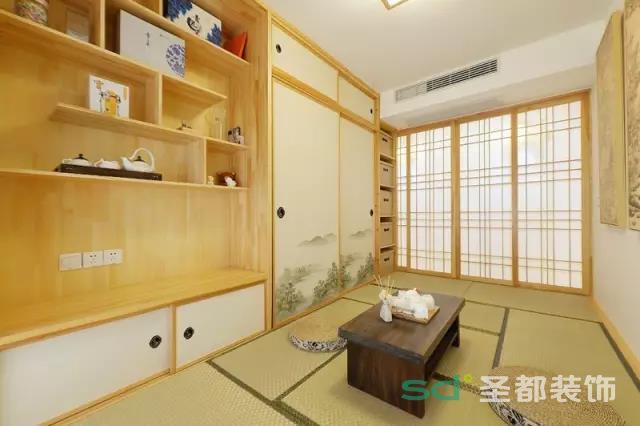 这间茶室最大的日式特点是横拉门,比用普通的推门大大地节省了空间。榻榻米茶室也是最近流行的设计,中间的桌子可以升降,可作为小会客室在里面和友人喝喝茶聊聊天,也可以作为书房。