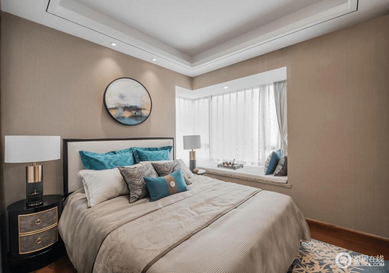 卧室以驼色漆粉刷墙面,圆形中式画的造景让空