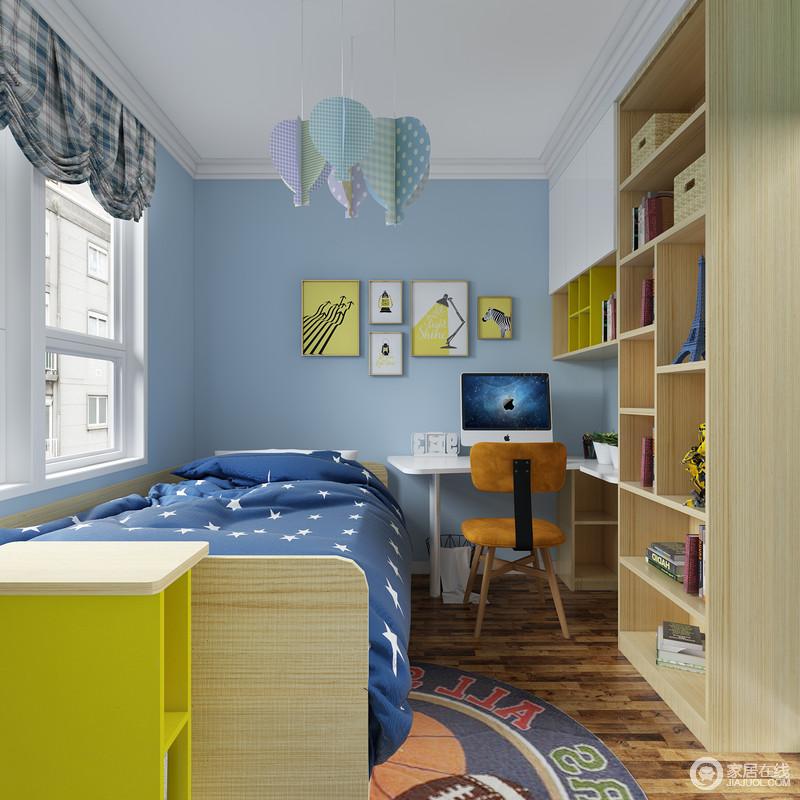 走进儿童房,没有抢眼的颜色冲击,木地板、蓝色墙、装饰画组合起来的画面,给人一 种宁静致远淡淡的清新爽感;原木床和蓝色床品描绘最美好的睡眠空间,墙上的装饰画 展现着童真有趣的一面,散发出柔和的光线,烘托出灵动的空间氛围。