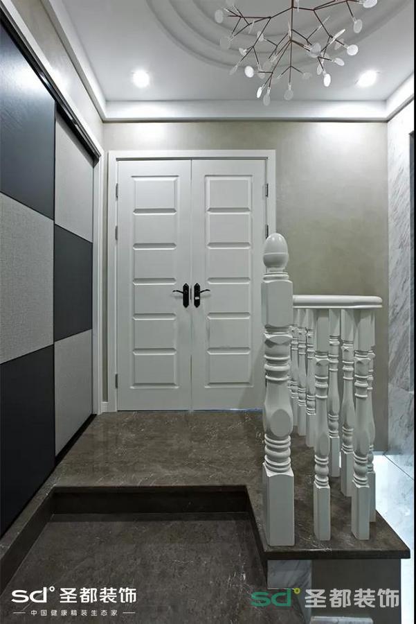 由于房子是个两层的复式,这样就很好地将开放空间与私人空间隔离开来了。