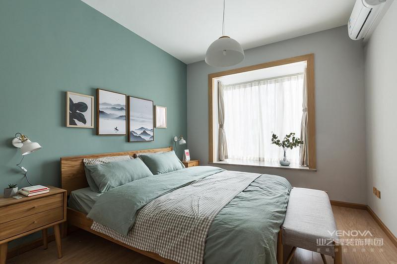 欧式风格的家具,很多人都会想起白色的精雕细琢的家具,其实,那是一个很大的误区,因为那是法式风格家居,而不是北欧风格,北欧风格家具的一定要简洁:线条简洁,不要过多累赘的装饰,让人看上简洁干净,要义明确,色调上也以白色、黑色、原木色为主。如果,你真的太喜欢艳丽点的色彩,记住,只能点缀。